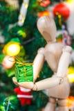 装饰Xmas树的木时装模特 图库摄影