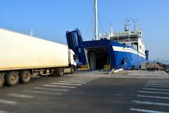 装货在克里米亚的港的车轮渡 库存图片