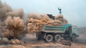 装货场面作为大气污染的概念 库存图片