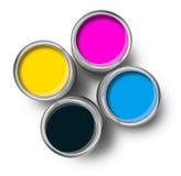 装cmyk颜色油漆罐子顶层于罐中 免版税库存图片