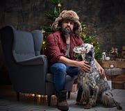 裘皮帽和爱尔兰人的特定装置狗的一个人 图库摄影