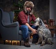 裘皮帽和爱尔兰人的特定装置狗的一个人 库存照片