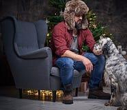 裘皮帽和爱尔兰人的特定装置狗的一个人 免版税库存图片