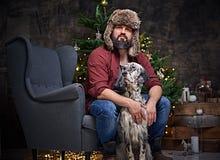 裘皮帽和爱尔兰人的特定装置狗的一个人 免版税图库摄影