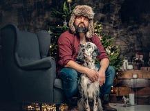 裘皮帽和爱尔兰人的特定装置狗的一个人 免版税库存照片