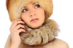 裘皮帽的美丽的女孩在白色 库存照片