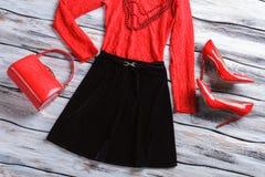 黑裙子和红色袋子 免版税库存照片