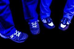 裤子牛仔裤和鞋子有黑光的 库存照片