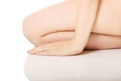 裸体妇女坐她的膝盖 库存图片