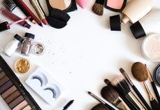 裸体的装饰化妆用品组成 眼影,基础,唇膏,在白色flatlay背景的顶视图的染睫毛油 库存照片