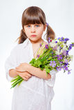 褂子的女孩有在白色背景的花束的 图库摄影