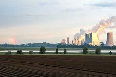 褐煤在日出的发电站 免版税库存图片