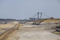 褐煤-用桶提挖掘机在露天矿因登 免版税库存照片