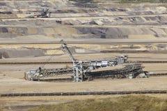 褐煤-用桶提挖掘机在露天矿因登 免版税库存图片