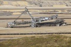 褐煤-用桶提挖掘机在露天矿因登 库存照片
