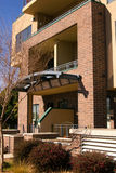 褐砂石公寓房回家现代城镇 免版税库存照片