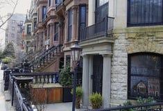 褐砂石布鲁克林,公园倾斜行格住宅 图库摄影