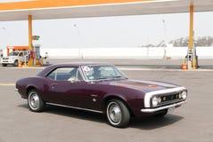 褐红和白色1967年雪佛兰Camaro在利马 免版税库存照片