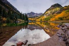 褐红的响铃秋天反射 免版税图库摄影