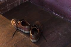 褐色人` s鞋子 库存图片