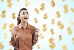 褐色和美元的符号的愉快的妇女 免版税图库摄影