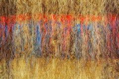 褐色抽象纹理编织了与黑红色和蓝色条纹的羊毛 自然羊毛背景  免版税库存照片
