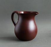褐色查出的水罐白色 免版税库存照片