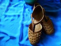褐色的鞋子在蓝色背景中 免版税图库摄影