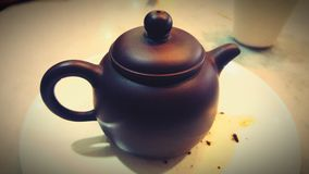 黑褐色黏土茶壶 库存图片