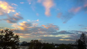 褴褛云彩,日落从由Hamburg阿尔斯坦湖, Timelapse的距离视图 股票视频
