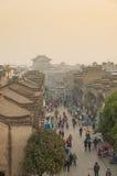襄阳,中国- 2016年12月18日:人们和商店步行的 免版税库存照片
