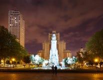 西万提斯纪念碑正面图在马德里在夜 免版税库存图片