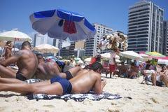 巴西人晒日光浴的Ipanema海滩里约热内卢 免版税图库摄影