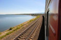 西伯利亚大铁路火车, Baikal湖,俄罗斯 库存图片