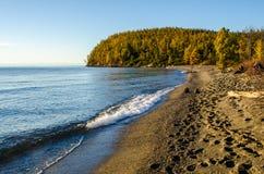 西伯利亚的湖和山 免版税库存图片
