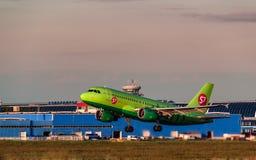 319西伯利亚航空公司从机场离开的空中客车 免版税库存图片