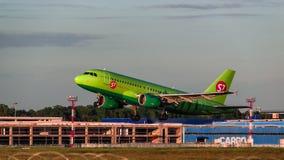 319西伯利亚航空公司从机场离开的空中客车 免版税图库摄影