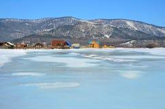 西伯利亚,伊尔库次克地区 Goloustnaya河和Bolshoe Goloustnoe Goloustnoye村庄在冬天 免版税库存照片