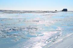 西伯利亚,伊尔库次克地区 Goloustnaya河在冬天晴天 免版税库存图片