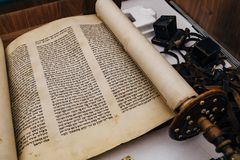 西伯来宗教手写的摩西五经羊皮纸纸卷 库存图片
