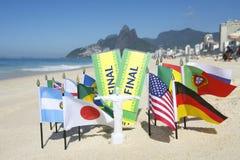 巴西决赛卖票在海滩里约的世界旗子 免版税库存图片