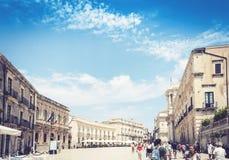 西勒鸠斯西拉库萨,西西里岛,意大利–威严12日2018年:走在与老大厦的古老正方形主教座堂广场的游人 库存图片