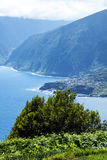 西北海岸在马德拉岛的海岛的北部的山会见大西洋的地方 库存图片