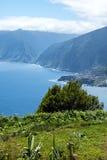西北海岸在马德拉岛的海岛的北部的山会见大西洋的地方 免版税库存图片