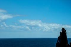 西北海岸在马德拉岛的海岛的北部的山会见大西洋的地方 免版税库存照片
