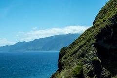 西北海岸在马德拉岛的海岛的北部的山会见大西洋的地方 库存照片