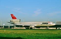西北航空公司乘出租车在从Toyko的一次飞行以后的麦克当诺道格拉斯公司DC-10-30ER N238NW 库存照片