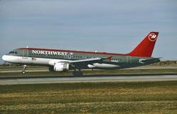 西北航空公司空中客车A320着陆在一次飞行以后的米尼亚波尼斯从迈阿密` 1995年 免版税库存图片