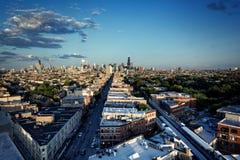 从西北边的芝加哥空中地平线与剧烈的天空 免版税库存图片