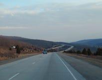 西北阿肯色农村高速公路通过山 免版税图库摄影